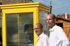 Robert Streibel und Gregor Kremser vor der Telefonzelle in Melk